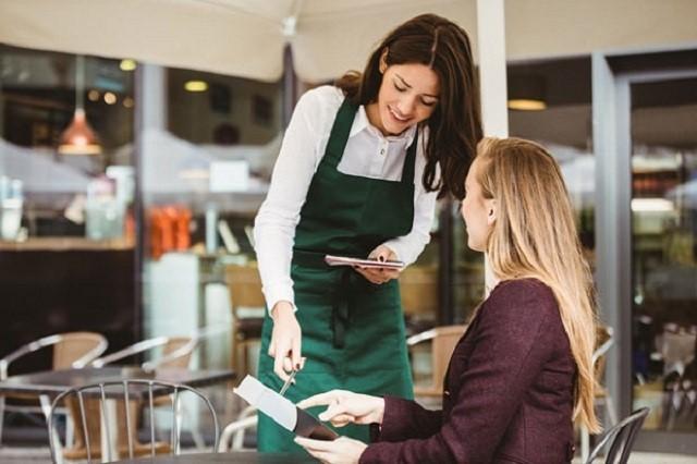 nhân viên phục vụ quán trà sữa rất thích hợp cho sinh viên
